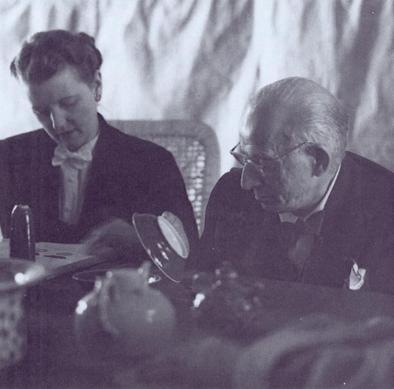 英国收藏家大卫德爵士至北沟库房欣赏文物