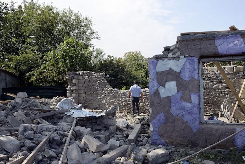 阿塞拜疆临近纳卡边境的塔塔尔地区的受损的房屋。