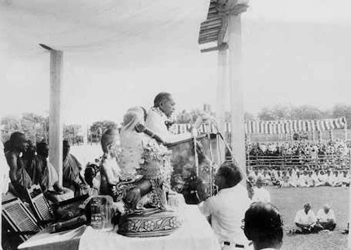 为提高达利特人的社会地位,解决他们受困于种姓制度的问题,安贝德卡尔鼓吹达利特人皈依佛教,图为他在大批达利特人皈依佛门的典礼上发表演讲。