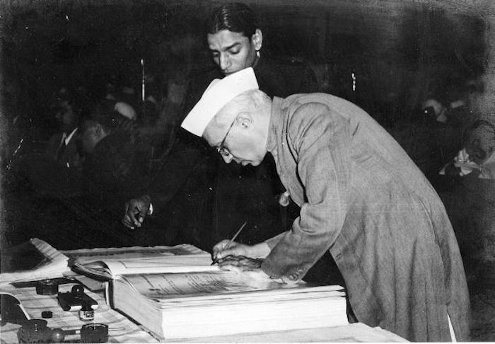 尼赫鲁签署1950年印度宪章