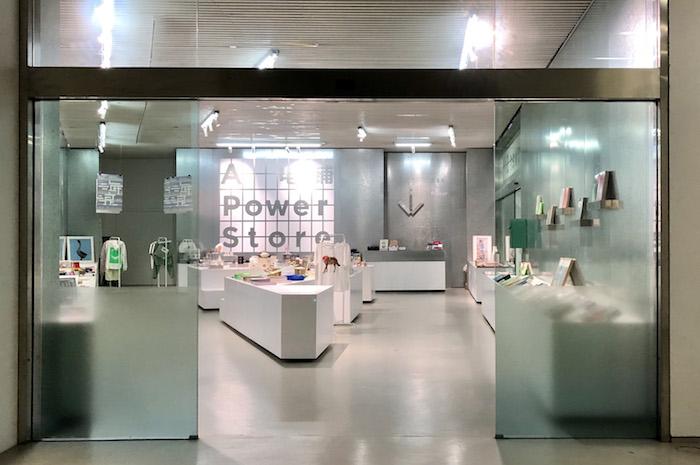 """上海当代艺术博物馆2楼""""海浪——历届上海双年展文献及作品展""""的""""电铺"""""""