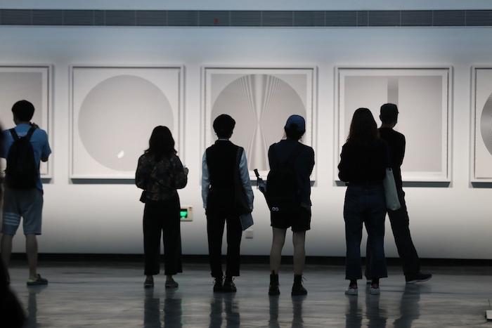 展览现场的作品《线与圈》(绘画,120x120cmx5,2009)