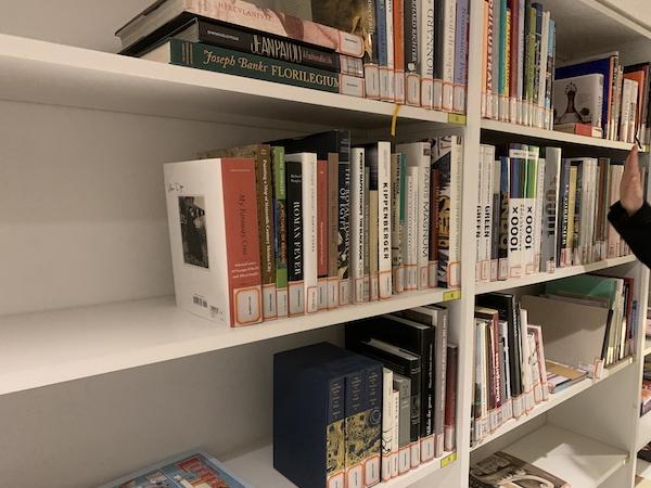 民生美术文献中心收藏的艺术类专业书籍与国外画册.