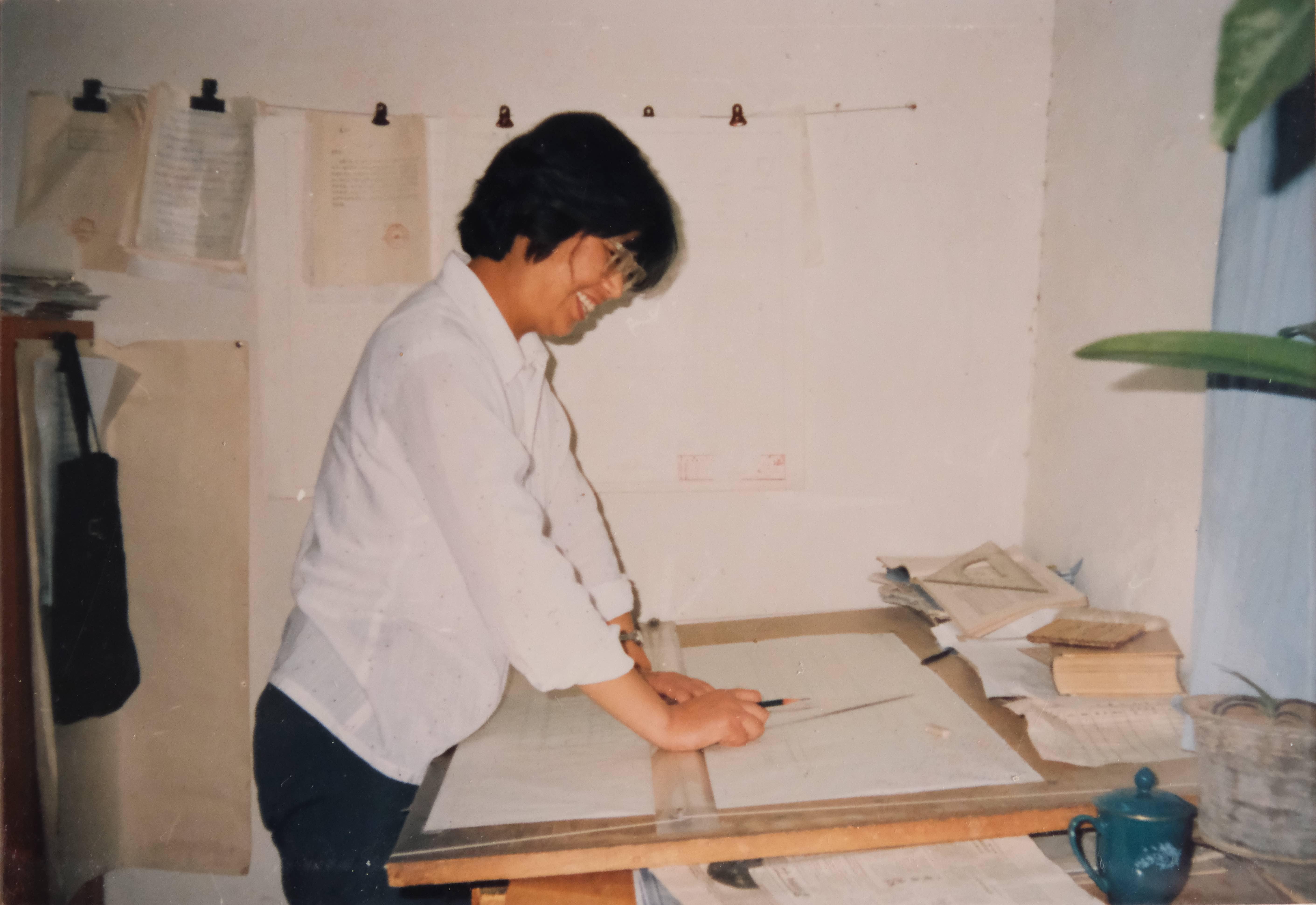 1983年,奶奶在厂设计处负责设计管理。