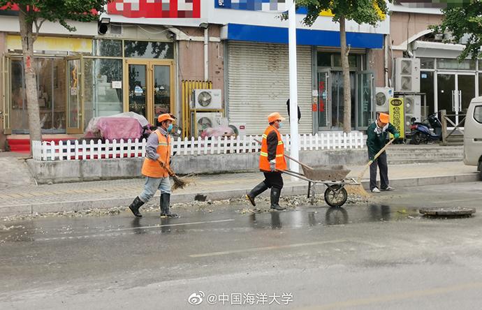 工作人员正在现场清理。图片来源:中国海洋大学官方微博