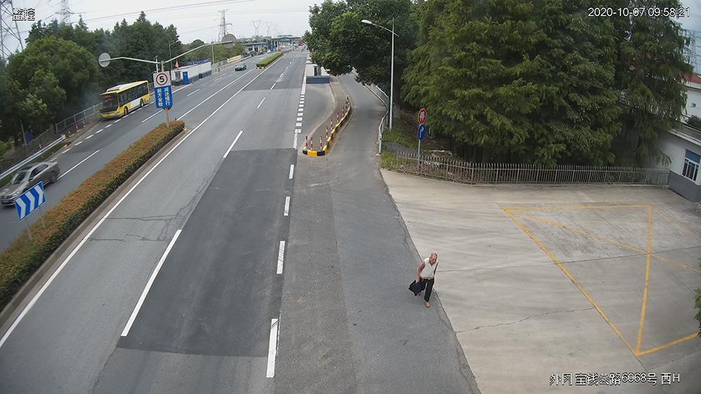 公共视频发现迷路老人。 本文图片均为上海嘉定公安 图