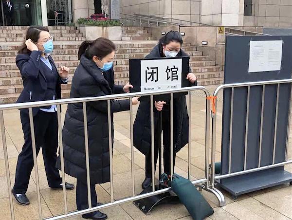 """2020年1月25日清晨,受疫情影响,上海博物馆将""""闭馆""""牌子调整到更显目位置"""