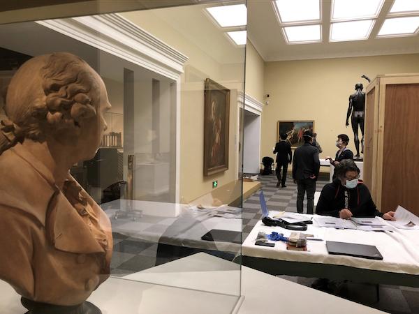 """法方修复师Guillaume在""""美术的诞生""""特展文物点交现场"""