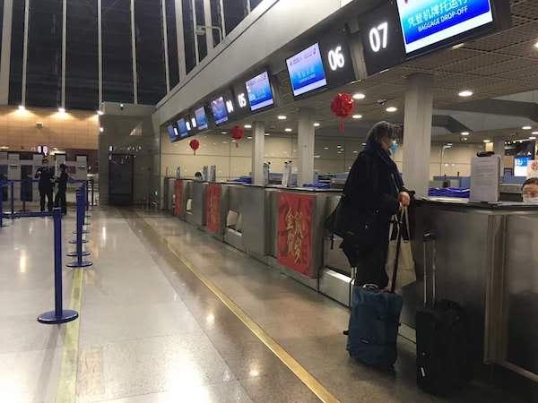 3月17日晚上,法方修复师Guillaume从上海机场返回法国时,偌大的空荡荡的大厅只有他一位乘客。