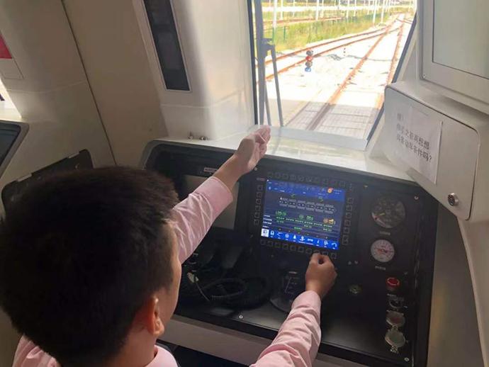 日前,15号线乘务试车组进行了车辆载重测试。
