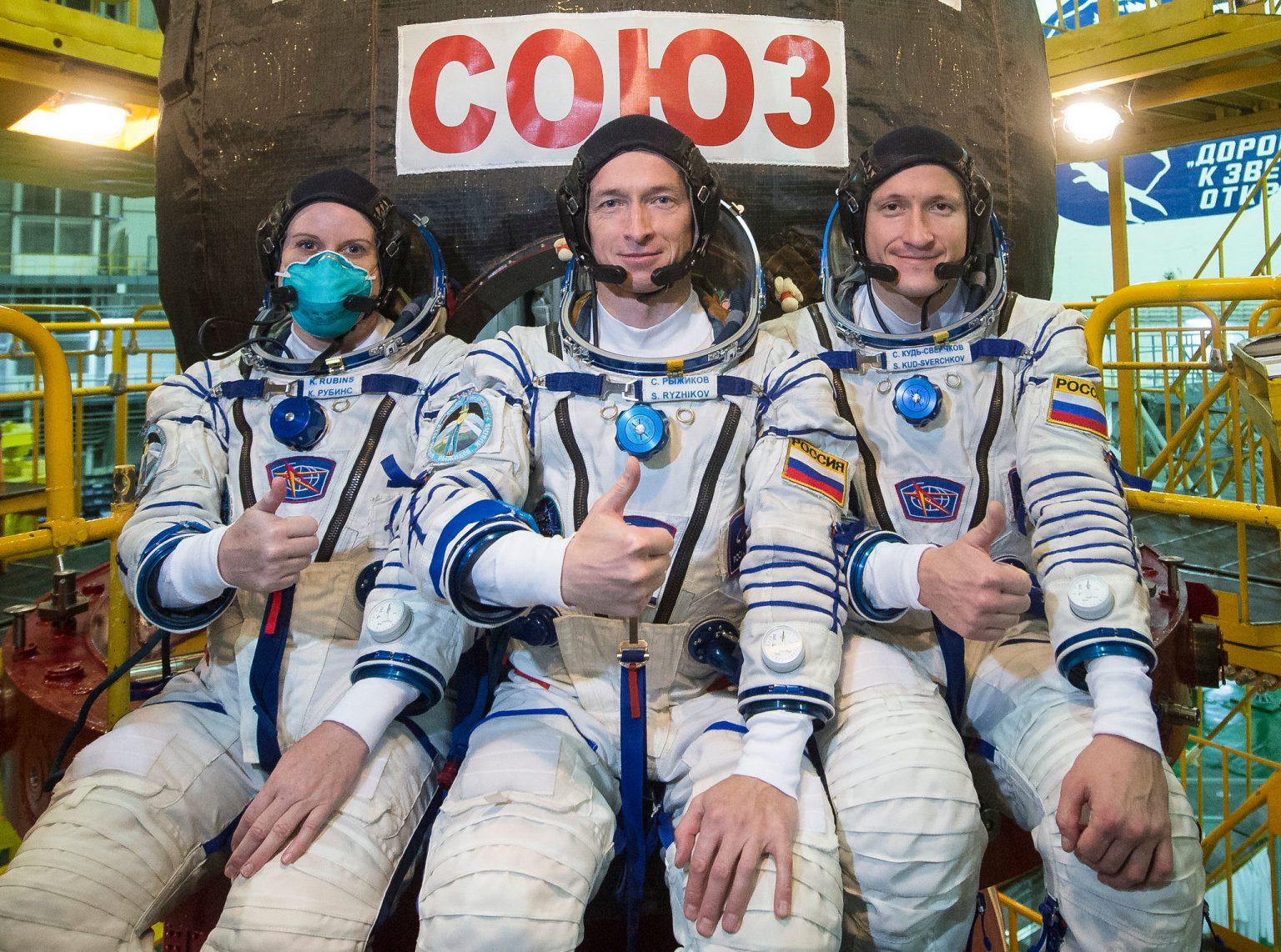 "NASA宇航员Kate Rubins、俄罗斯宇航员Sergey Ryzhikov和Sergey Kud-Sverchkov在""联盟MS-17""号飞船前(挨次从左去右)"