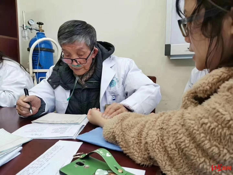 鐘以澤晚年吸著氧氣仍堅持坐診。