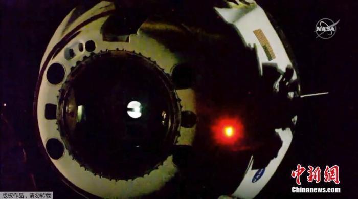 """原料图:当地时间8月1日,美国宇航局(NASA)商业载人航空计划(CPP)的始次载人试航开起末了一阶段义务--返回地球。图为""""龙""""飞船与国际空间站别离。"""