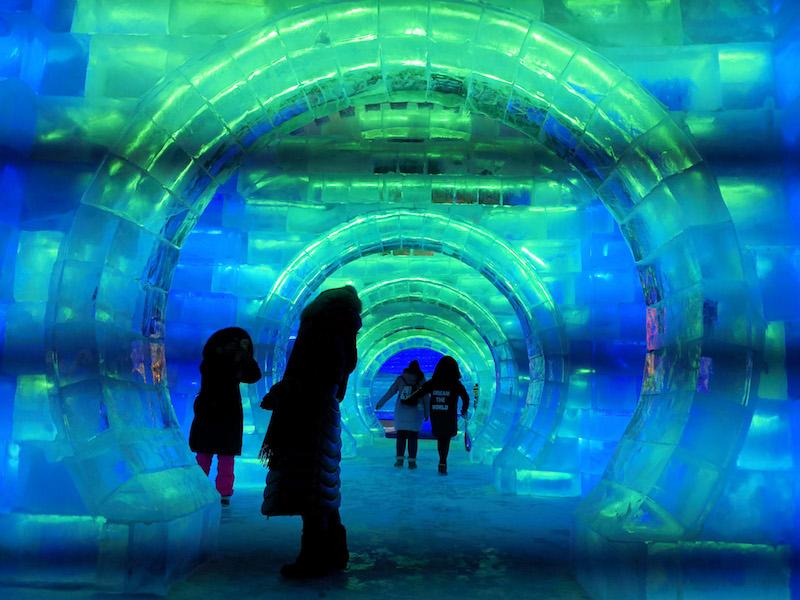 除了形态各异的冰雕之外,冰雪大世界也有各种雪地娱乐项目。
