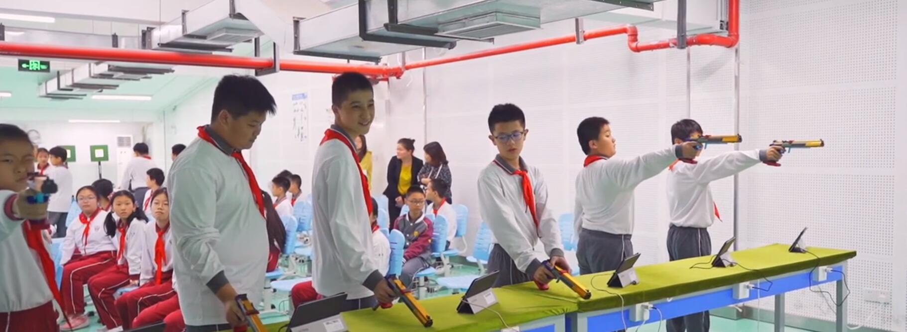 练习射击的孩子们。