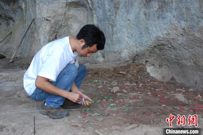 图为考古工作人员在贵州省惠水县清水苑大洞遗址进行勘察。贵州省文物考古研究所供图