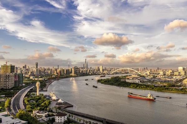 夕阳映照下的徐汇滨江,与世博文化公园隔江相望