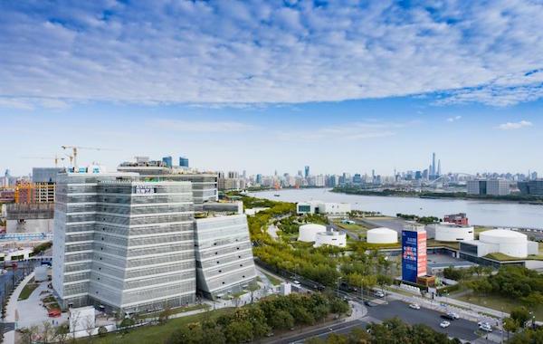 地处上海徐汇西岸的西岸艺岛Art Tower由曾获普利兹克建筑奖的日本建筑师妹岛和世担纲设计的7栋围而不合、高度不一的建筑单体组成