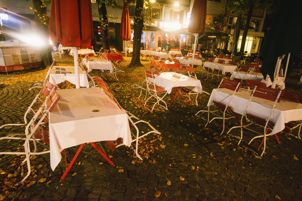 当地时间10月14日,德国科隆开始实施宵禁,餐厅关门。