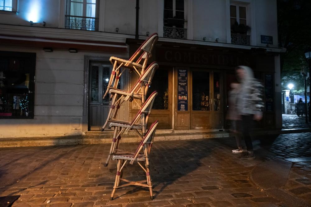 当地时间10月14日,法国巴黎,一家餐厅门口,椅子被摞在一起。