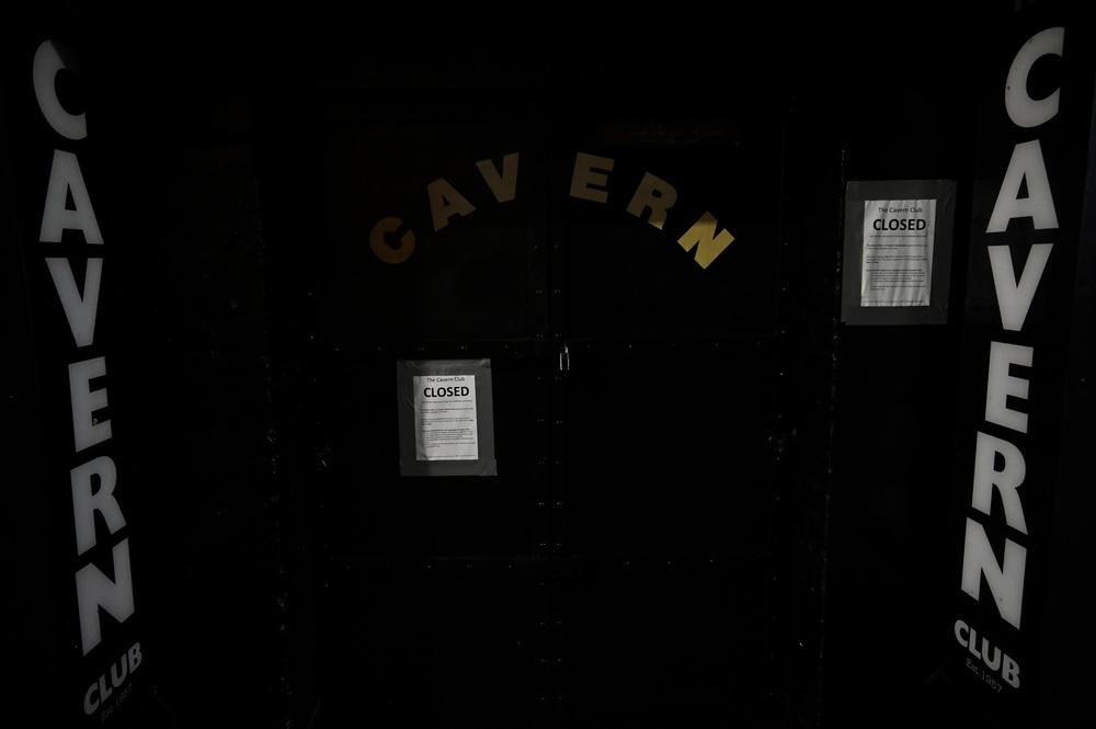 当地时间10月13日,英国利物浦,大门紧闭的酒吧。