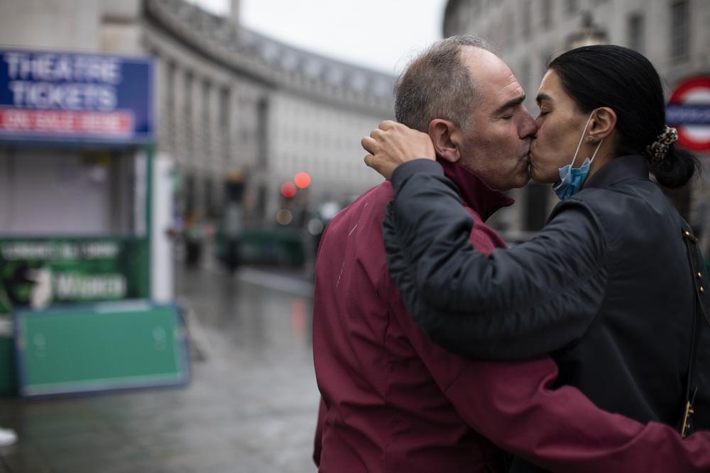 当地时间2020年10月13日,英国伦敦,民众在户外接吻。