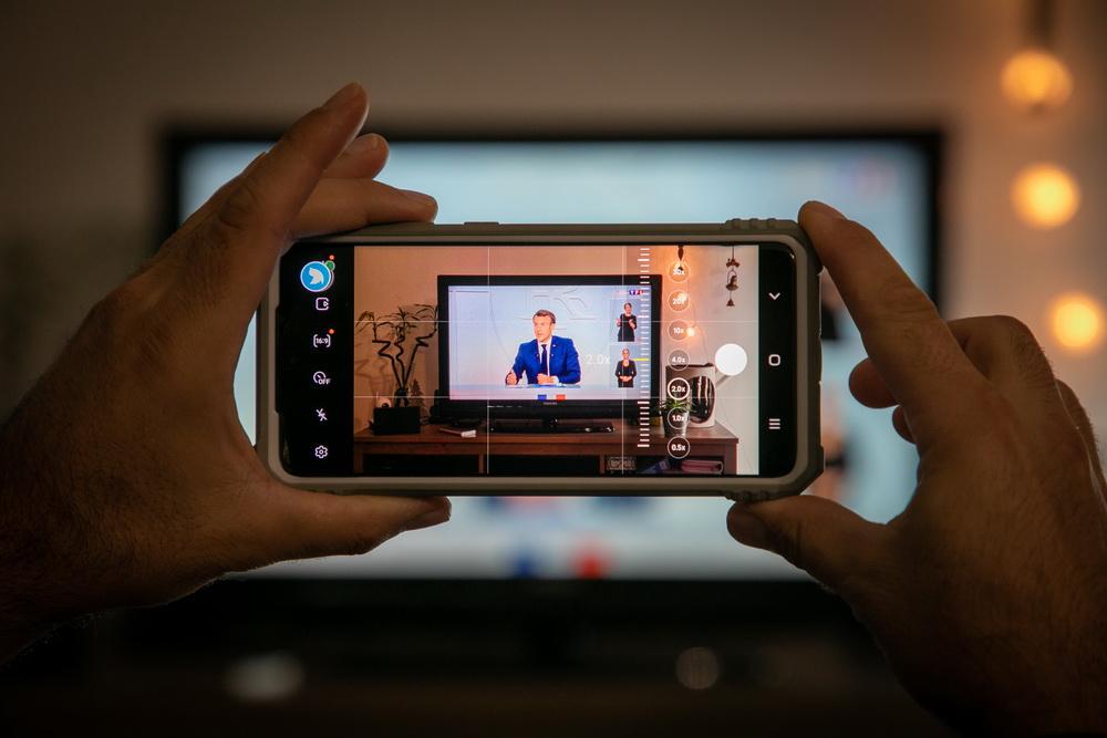 当地时间10月14日,法国巴黎,民众在家观看法国总统马克龙宣布法国防疫新措施。本文图片均为人民视觉、新华社 图