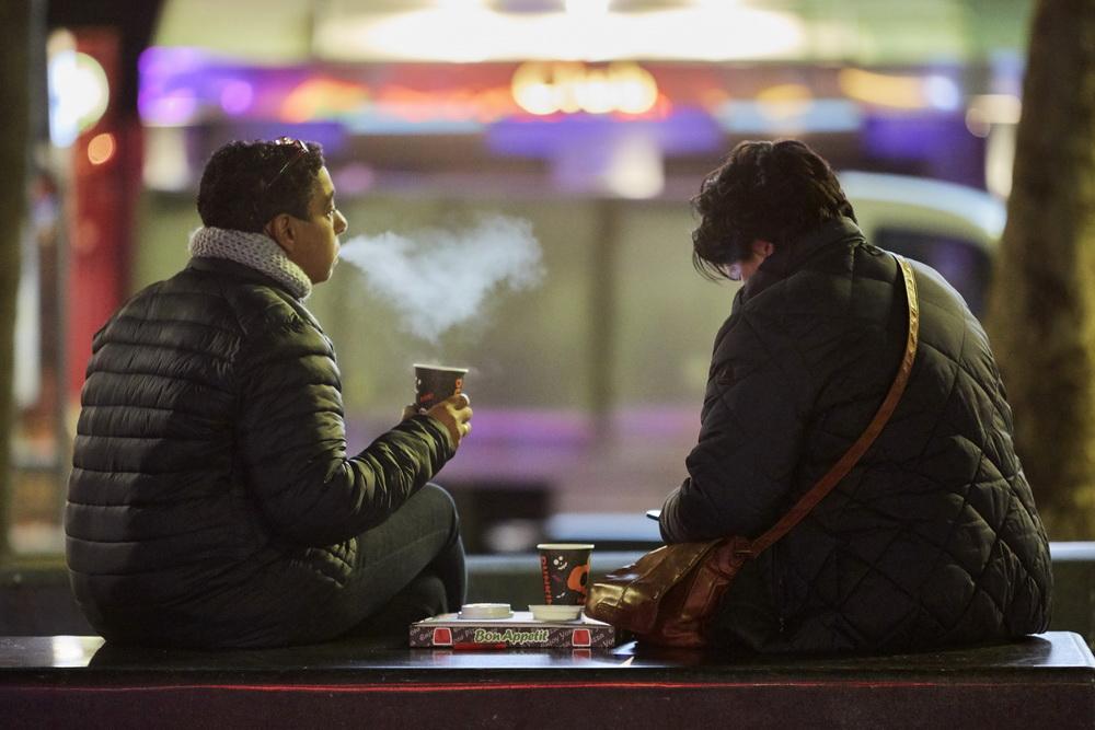 当地时间10月14日,荷兰阿姆斯特丹,民众在户外吃饭。