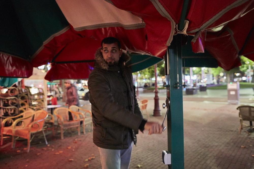 当地时间10月14日,荷兰阿姆斯特丹,餐厅员工正在收齐遮阳伞。