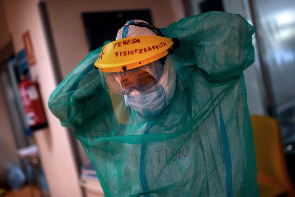当地时间10月15日,西班牙马德里,拉蒙卡哈尔医院重症监护室内医护人员医治新冠肺炎患者。