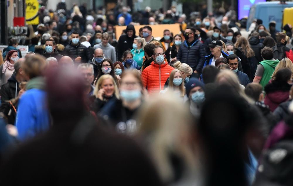 当地时间10月14日,德国多特蒙德,民众普遍戴口罩出行。