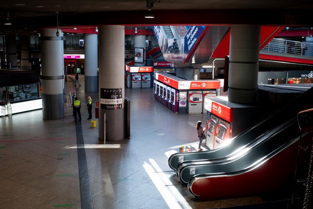 当地时间10月14日,西班牙马德里阿托查车站内乘客稀少。