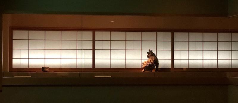 """乐美术馆中展示的""""狮子留盖瓦""""(二彩狮子)"""