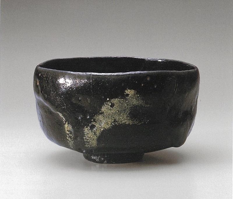 """道入作""""残雪""""(黑茶碗),十七世纪,乐美术馆藏,图片来自楽美术馆监修《楽歴代》"""