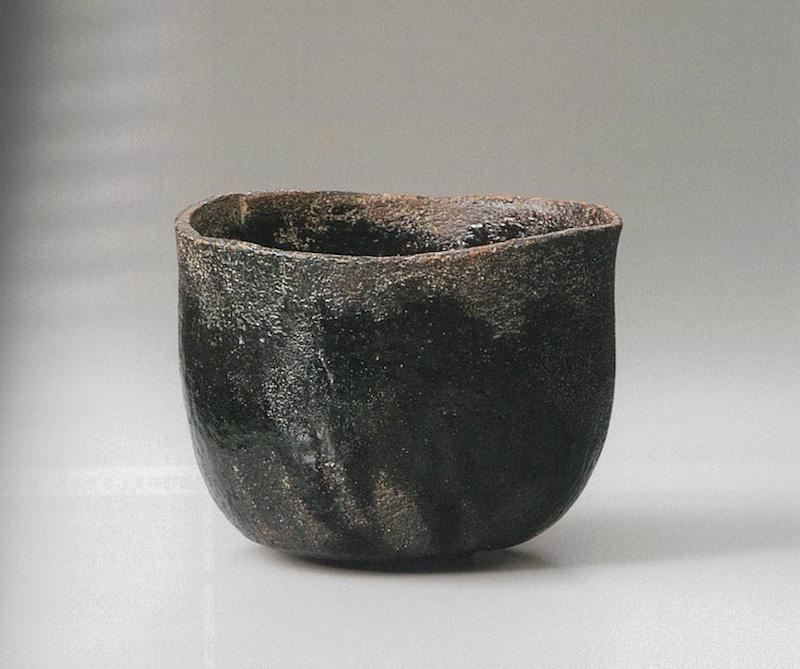 """光悦作""""村云""""(黑茶碗),十七世纪,乐美术馆藏。此作与""""时雨""""(黑茶碗)有异曲同工之妙,图片来自乐美术馆监修《楽歴代》"""
