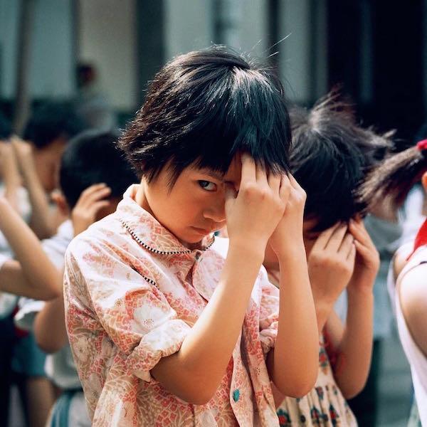 秋山亮二摄影,拍摄对象为上世纪80年代中国的孩子