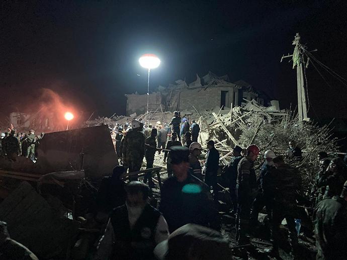 当地时间2020年10月17日,阿塞拜疆第二大城市甘加遭亚美尼亚袭击,造成数十人死亡,搜救行动正在进行。人民视觉 图