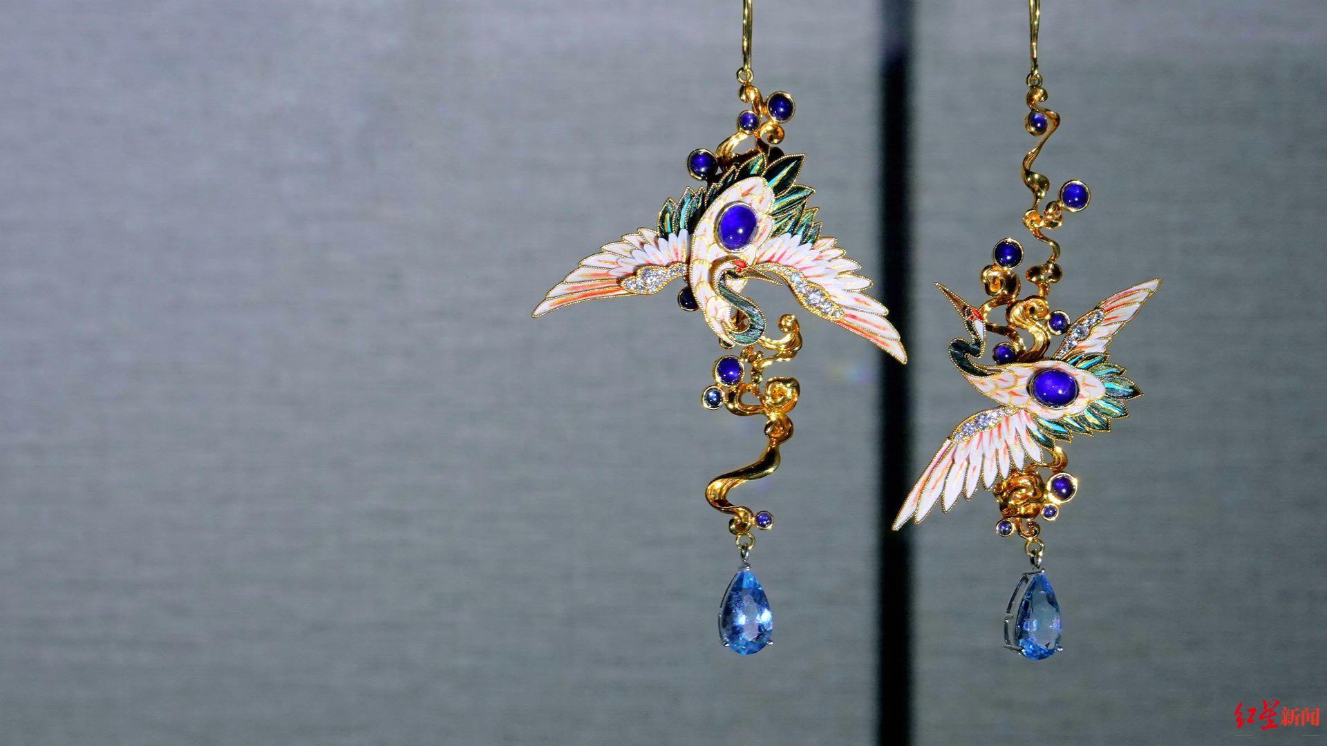 使用替代物品制作的点翠首饰。图据焕鸾古典珠宝首饰工作室