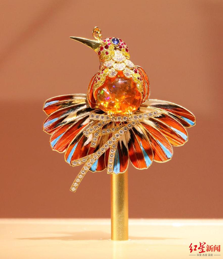 使用养殖锦鸡羽毛、虎皮鹦鹉脱落羽毛替代真翠鸟羽毛设计而成的点翠珠宝。图据焕鸾古典珠宝首饰工作室