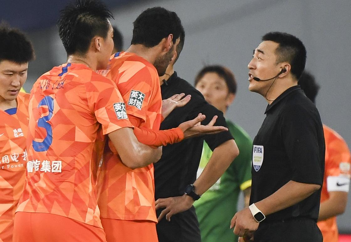 10月17日,山东鲁能泰山队球员费莱尼(左三)与裁判理论。新华社 图