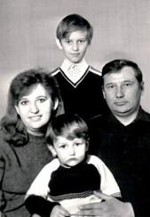 纳瓦利内和父母及弟弟奥列格
