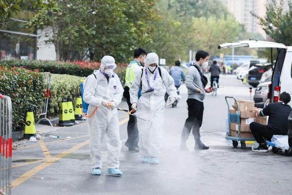 工作人员进行消毒工作。