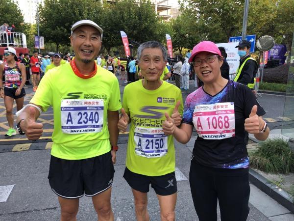万君华(左一)和几位老将一起参与了10公里精英赛。