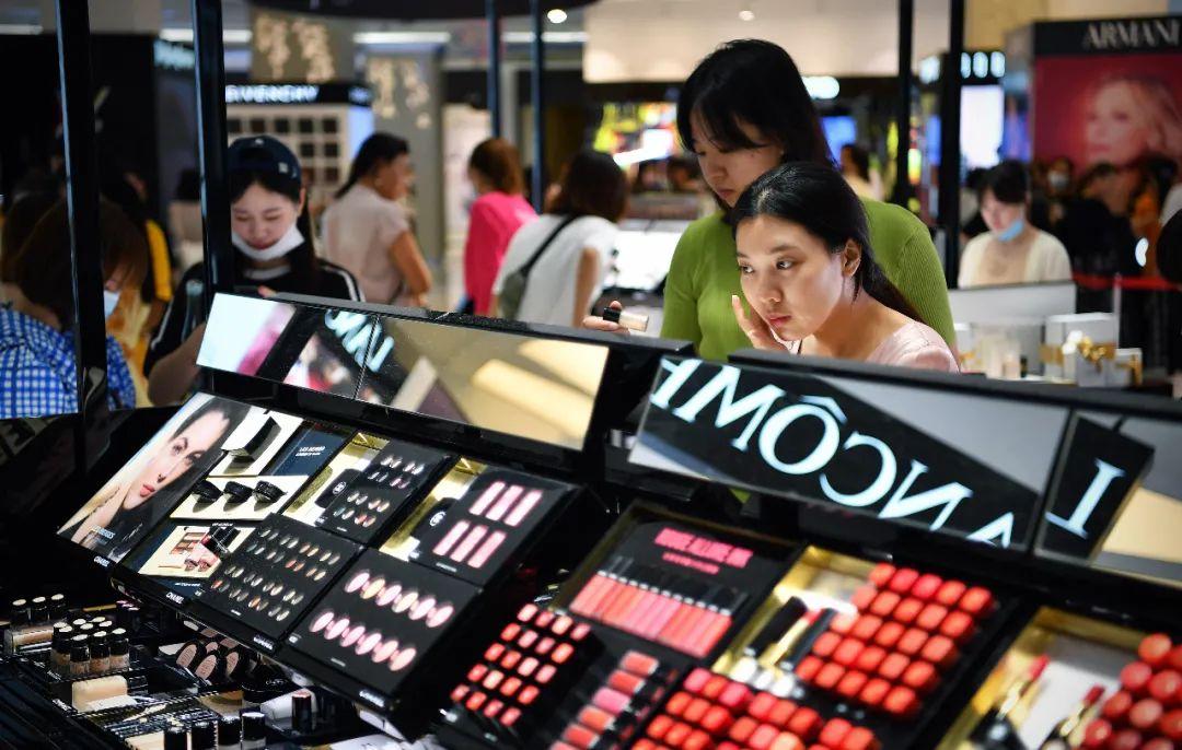 年轻人在免税店挑选化妆品 郭程 摄