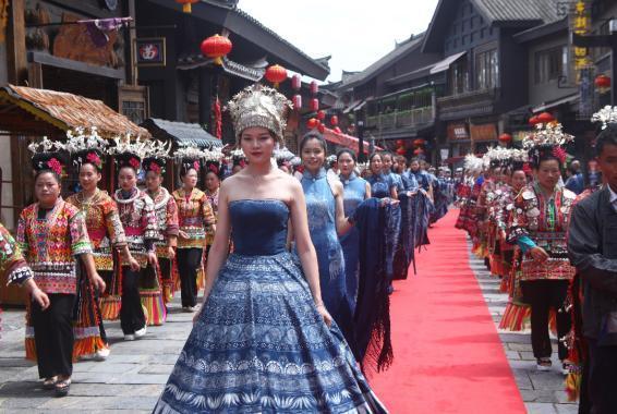中国丹寨非遗周上的苗族盛装 新华社图