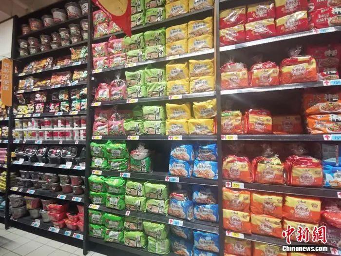 北京一家超市的方便面区。谢艺观 摄