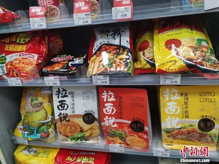 北京一家便利店内,陈列着拉面说等速食产品。谢艺观 摄