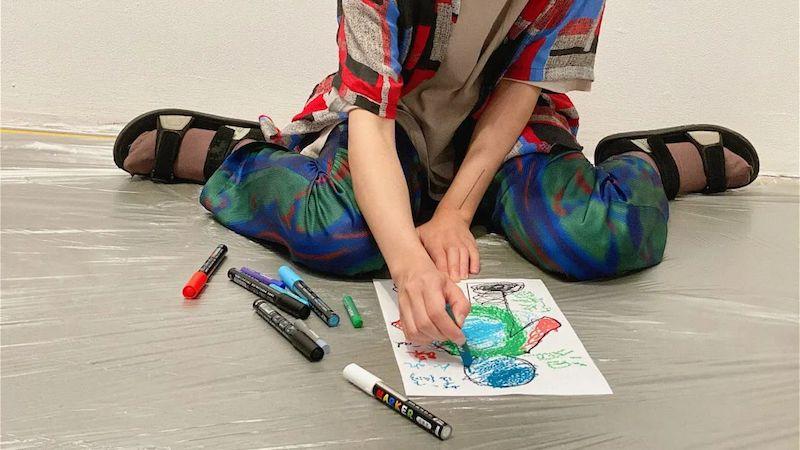 """""""情绪地图:共享疗愈艺术做事坊""""中,参与者将代外情绪的颜色涂到小人的身体上"""