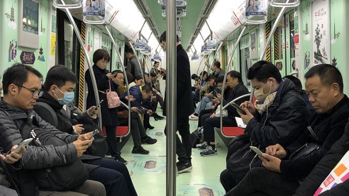 在解决孤独这道难题上,手机成了现代人最徒劳的作弊