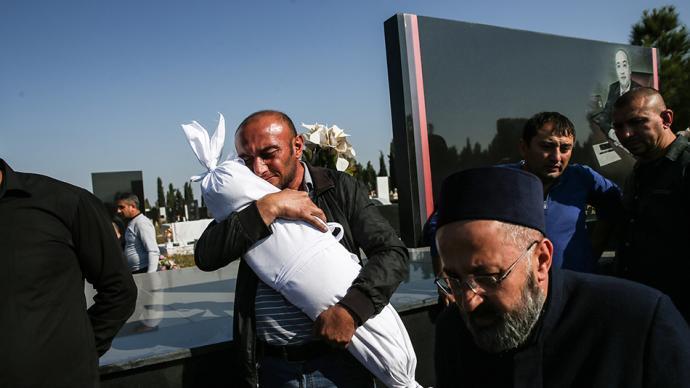 早安·世界|阿塞拜疆为遇难者举行葬礼,男子紧搂孩子尸体